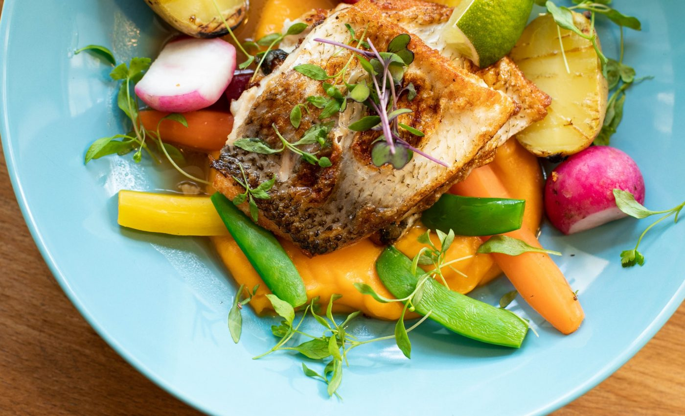 crap cu legume le cuptor - sfatulparintilor.ro - pexels_com - fried-fish-with-vegetables-dish-on-teal-plate-1516415