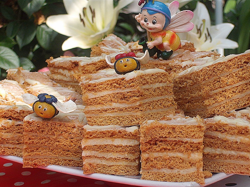 Prajitura Lamaita cu miere de albine si glazura de ciocolata alba
