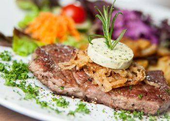 Muschi de porc cu legume la cuptor - sfatulparintilor.ro - pixabay-com - eat-2002918_1920