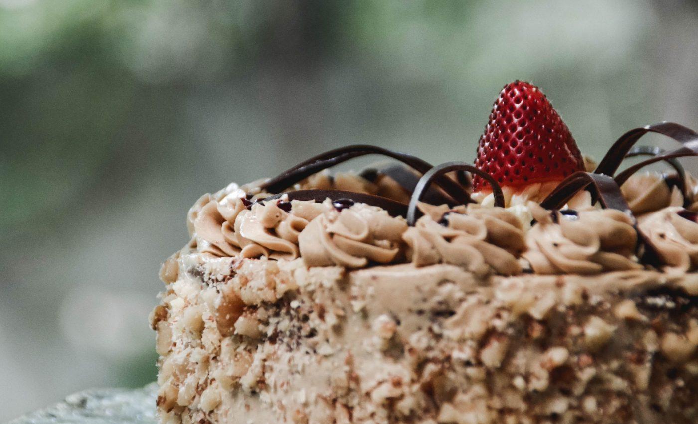 Tort de frisca cu ciocolata de casa - sfatulparintilor.ro - pixabay_com - shallow-focus-photography-cake-with-red-strawberry-on-top-1120970