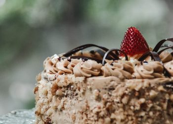 Tort de frisca cu ciocolata de casa - sfatulparintilor.ro - pixabay_com - shallow-focus-photography-cake-with-red-strawberry-on-top-1120970