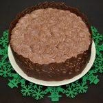 Tort cu crema de piersici si grilaj de ciocolata