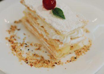 Placinta din aluat frantuzesc cu crema de vanilie - sfatulparintilor.ro - pexels_com - baked-pastry-on-white-plate-2401561