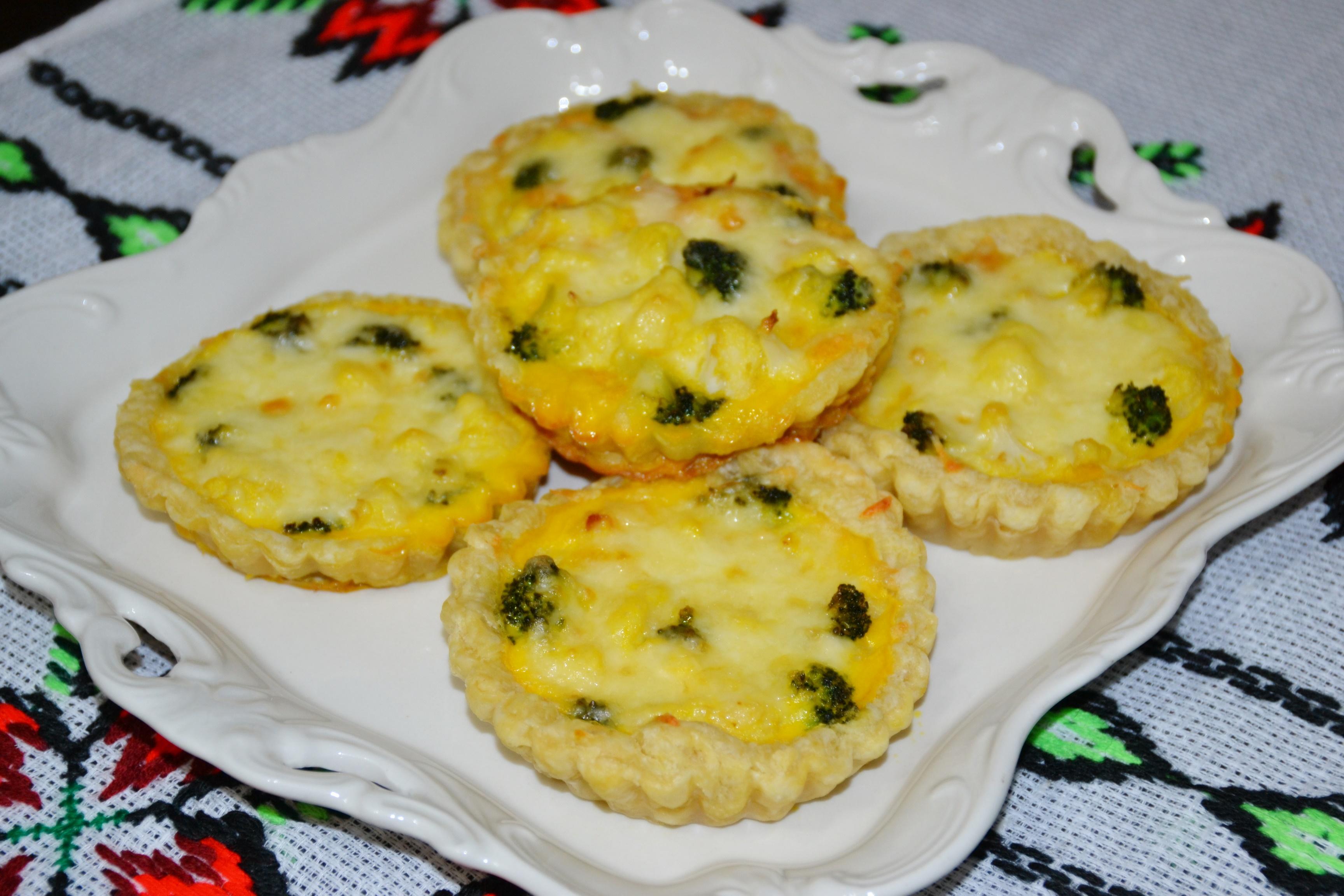 Minitarte cu conopidă și broccoli