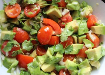 Salata asortata cu avocado - sfatulparintilor.ro - pixabay_com - guacamole-3921525_1920