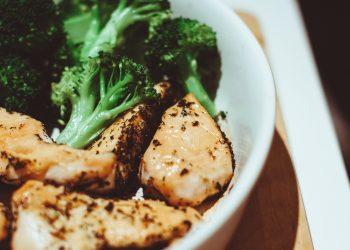 piept de pui cu legume la cuptor -sfatulparintilor.ro - pixabay_com - chicken-933495_1920