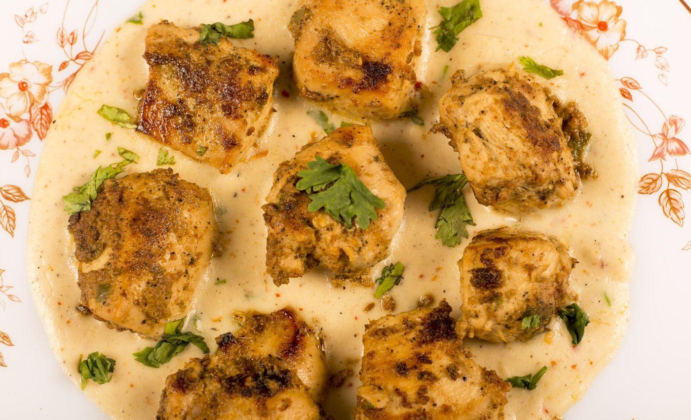 ciulama de pui - sfatulparintilor.ro - pixabay-com - chicken-with-white-sauce-4594896_1920