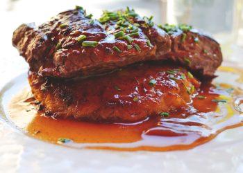 Ceafa de porc la gratar cu sos de usturoi