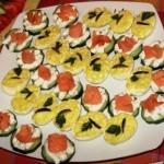 Retete de revelion: Platou cu oua umplute si felii de castraveti cu somon fume