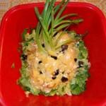 Cartofi copti, cu branza, pe un pat de salata verde