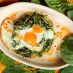 Retete pentru copii: Oua la cuptor pe pat de spanac