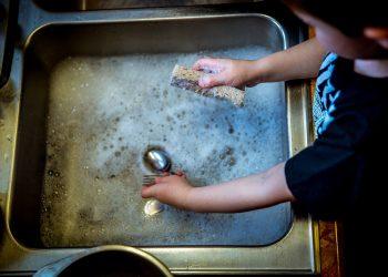 curatenie-copii-spalat-vase-sfatulparintilor.ro-pixabay_com