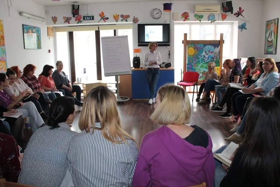 In fiecare an in luna aprilie, Asociatia AITA organizeaza cursuri gratuite pentru educatorii si invatatorii din Bucuresti, chiar la ei in gradinite, pentru a-i sprijini in demersul lor de a primi, integra si intelege cat mai armonios copiii cu autism.
