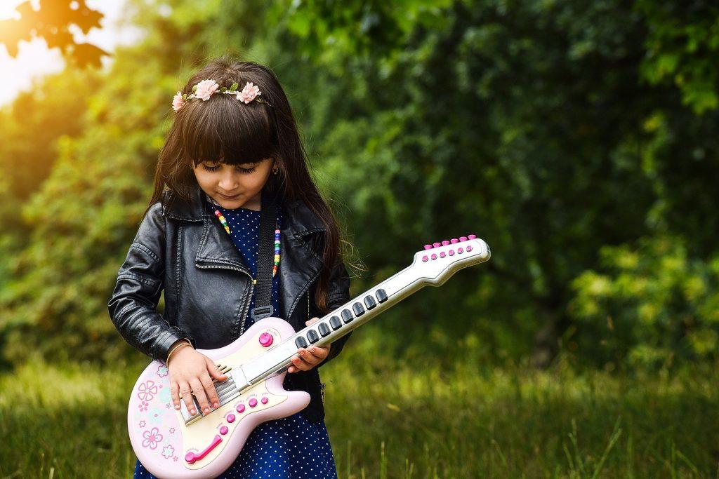 Cum sa cresti un copil creativ - sfatulparintilor.ro - pixabay_com - happy-3046565_1920