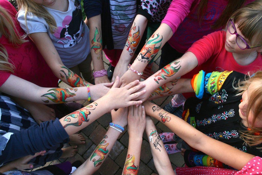 independenta copiilor - sfatulparintilor.ro - pixabay_com - hands-3324711_1920
