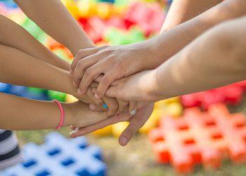 calitati pe care sa le dezvolti la copilul tau - sfatulparintilor.ro - pixabay-com - hands-2847508_1920
