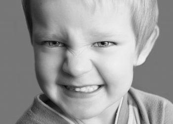 copil care musca si loveste