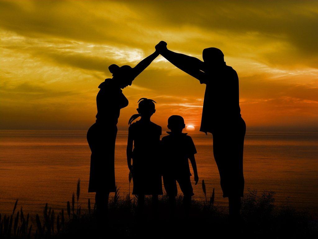 sa-ti imbunatatesti calitatile de parinte - sfatulparintilor.ro - pixabay_com - family-1466262_1920