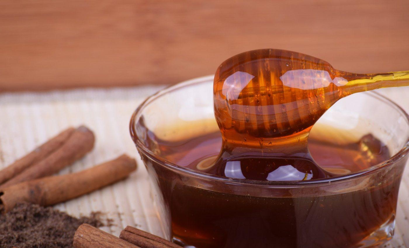 mierea cu scortisoara - sfatulparintilor.ro - pixabay-com - honey-2542952_1920