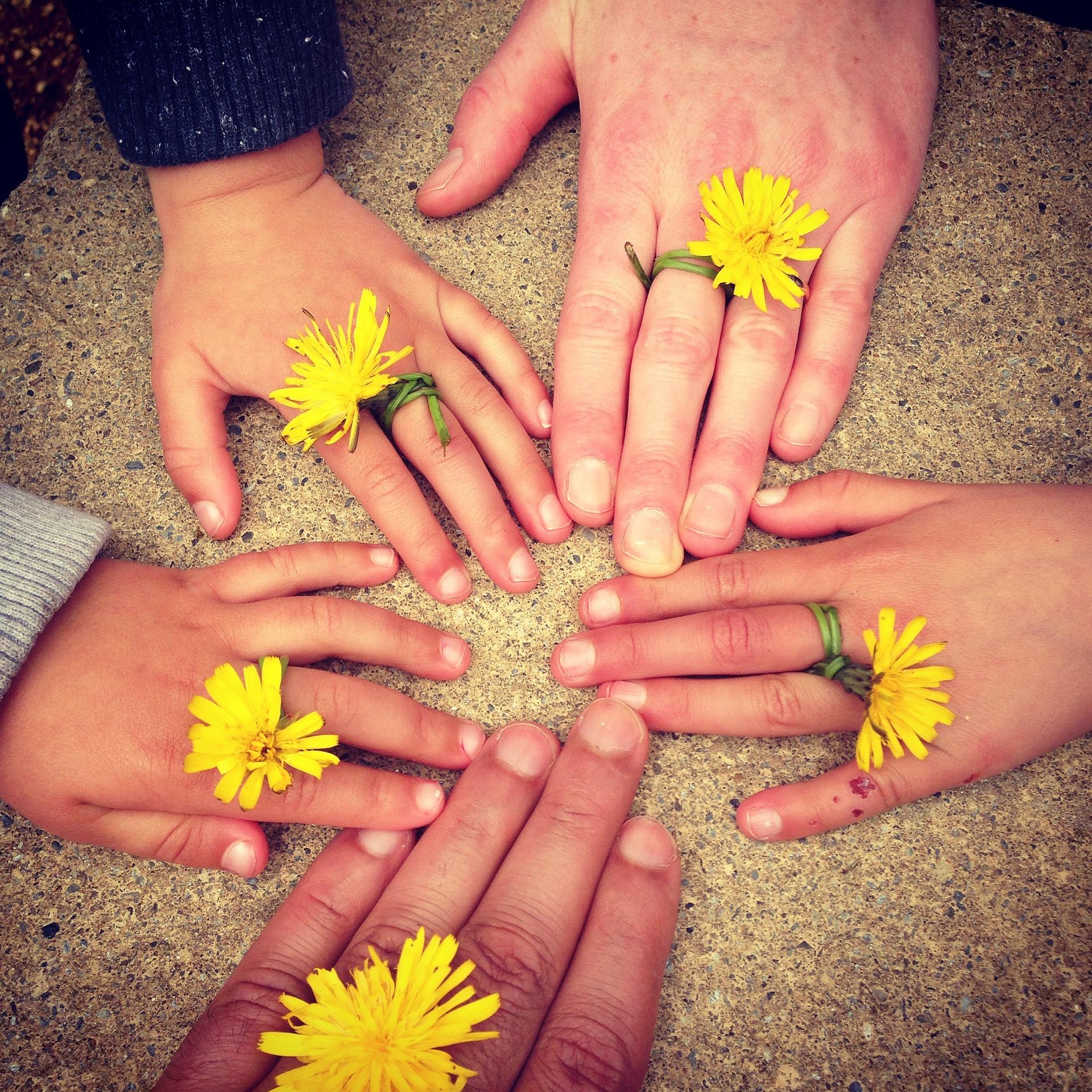 sa le faci cu familia la sfarsit de saptamana - sfatulparintilor.ro - pixabay-com - family-hand-1636615_1920