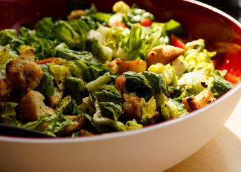 Salata cu piept de pui si crutoane