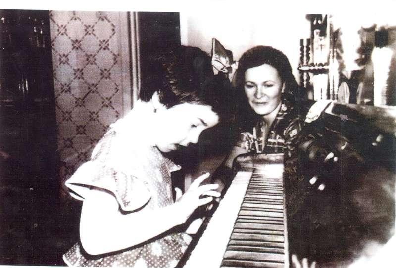 sfatulparintilor.ro - Andreea Marin Banica in copilarie, alaturi de mama sa