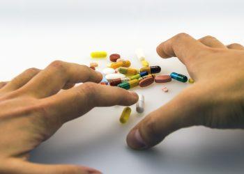 actiuni care amplifica durerea - sfatulparintilor.ro - pixabay_com - hands-1903104_1920