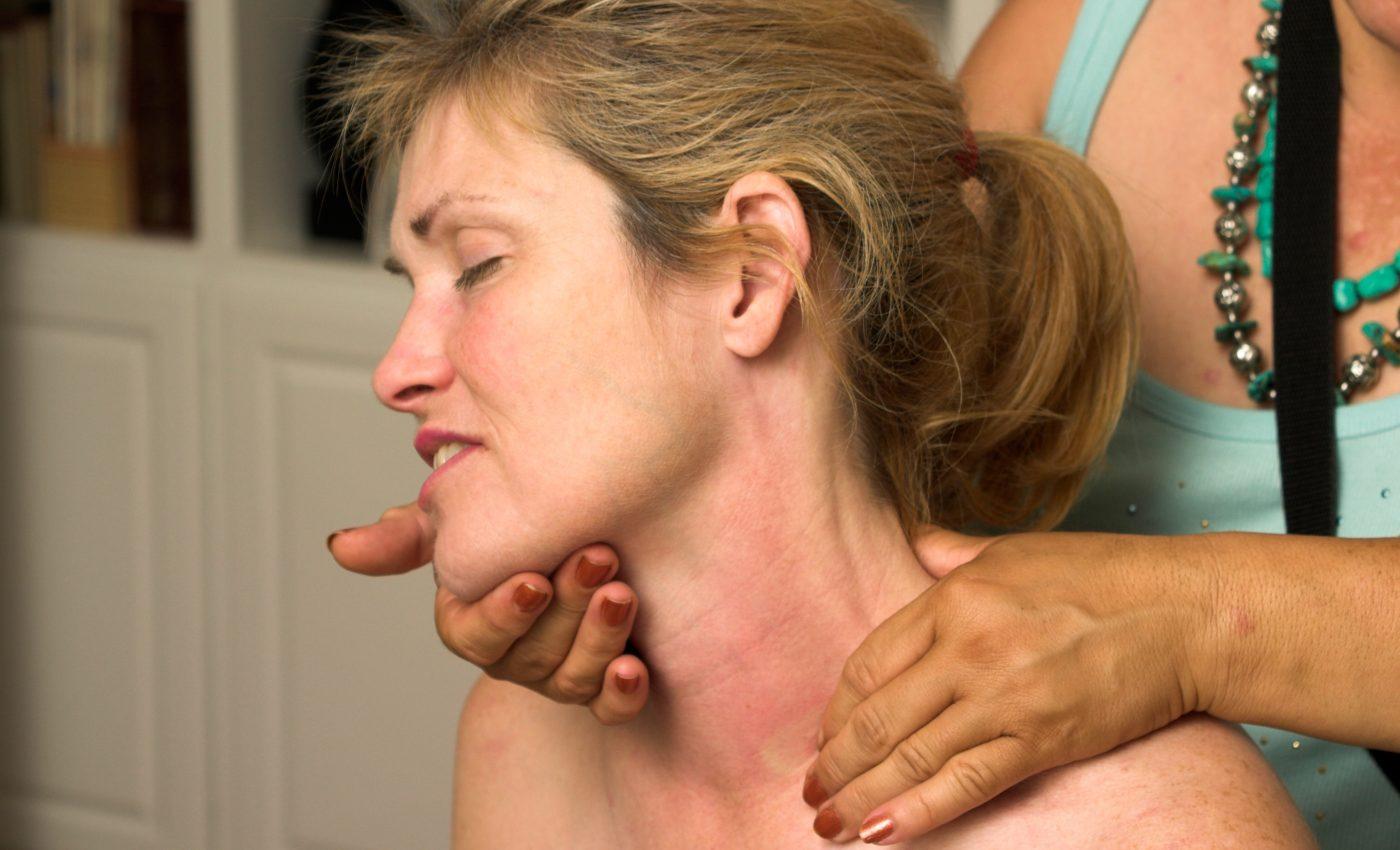 femeie obosita - sfatulparintilor.ro - femeie masaj - stockfreeimages.com