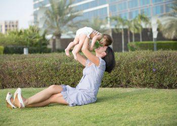ajuta parintii de copii mici - sfatulparintilor.ro - pixabay_com - mother-1171569_1920