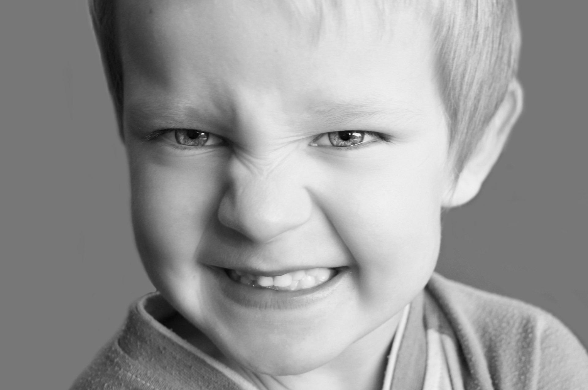 copilul scrasneste dintii