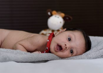 Cum iti ajuti bebelusul sa stea pe burtica- sfatulparintilor.ro - pixabay_com - chlidrens-2360630_1920