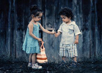 Santajul la copii - sfatulparintilor.ro - pixabay_com - siblings-817369_1920