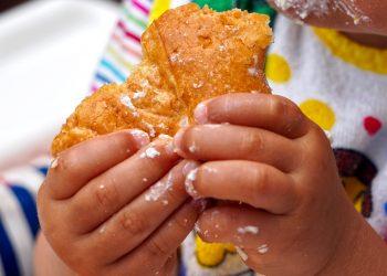 Ce ii dai sa manance bebelusului - sfatulparintilor.ro - pixabay_com - childrens-hands-4416026_1920