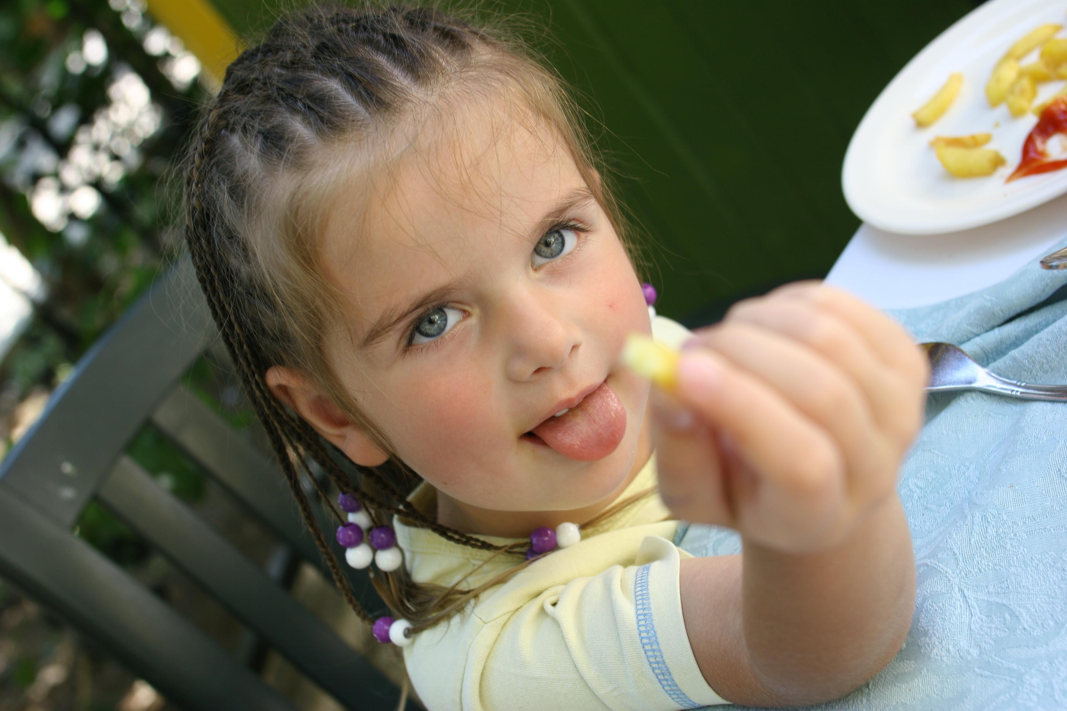 sfatulparintilor.ro-copii-mancare-mofturi-stockfreeimages.com_.jpg