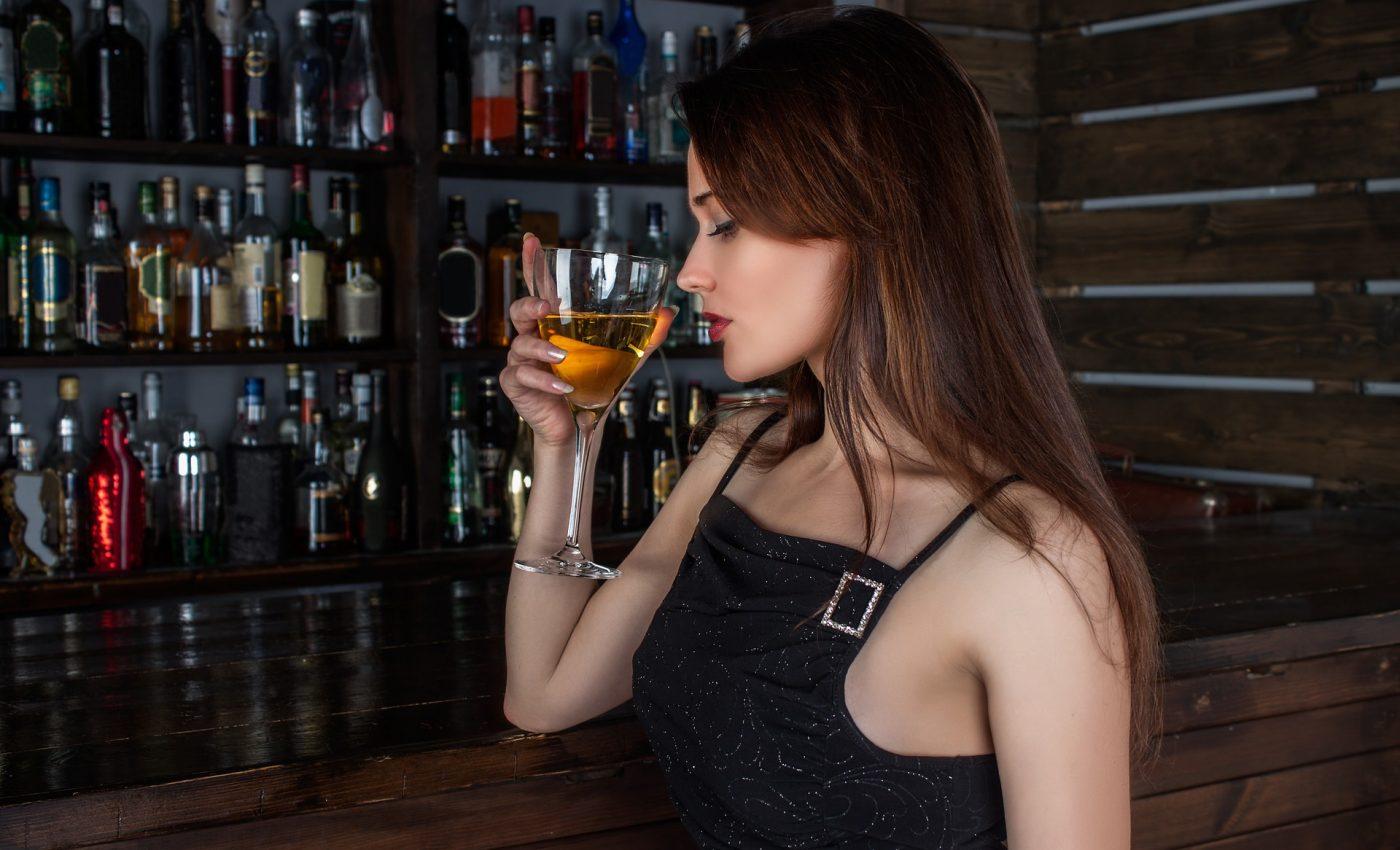 sa nu faci la bar - sfatulparintilor.ro - pixabay_com - girl-1064664_1920