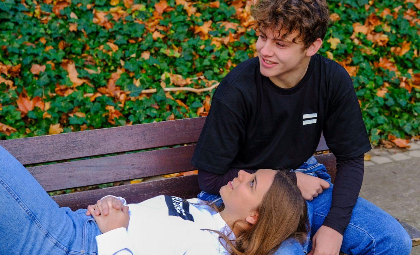 Sfaturi pentru adolescenti - sfatulparintilor.ro - pexels-com - woman-lying-on-a-man-s-lap-3652323