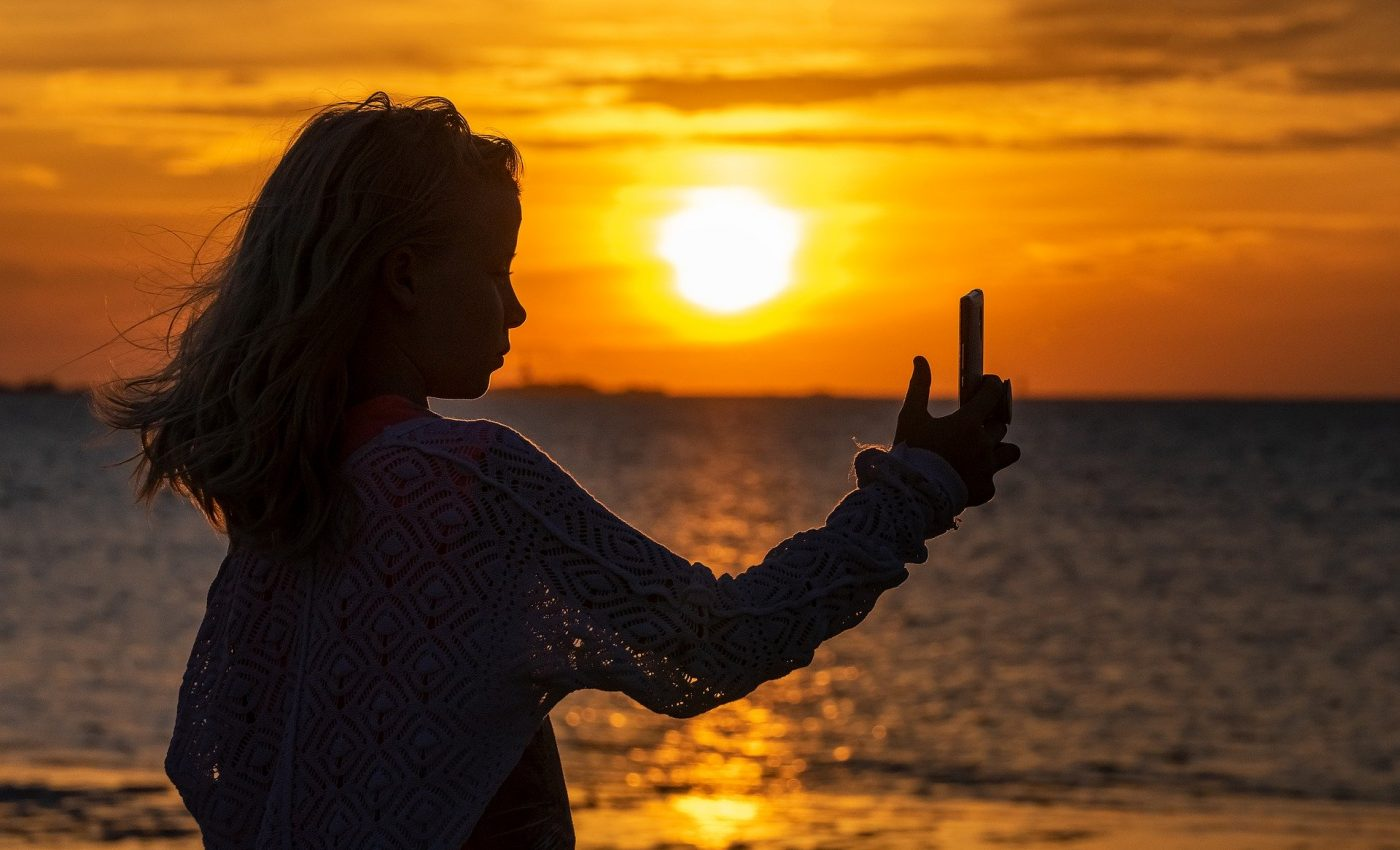 dependenta de selfie - sfatulparinitlor.ro - pixabay-com - selfie-3611467_1920