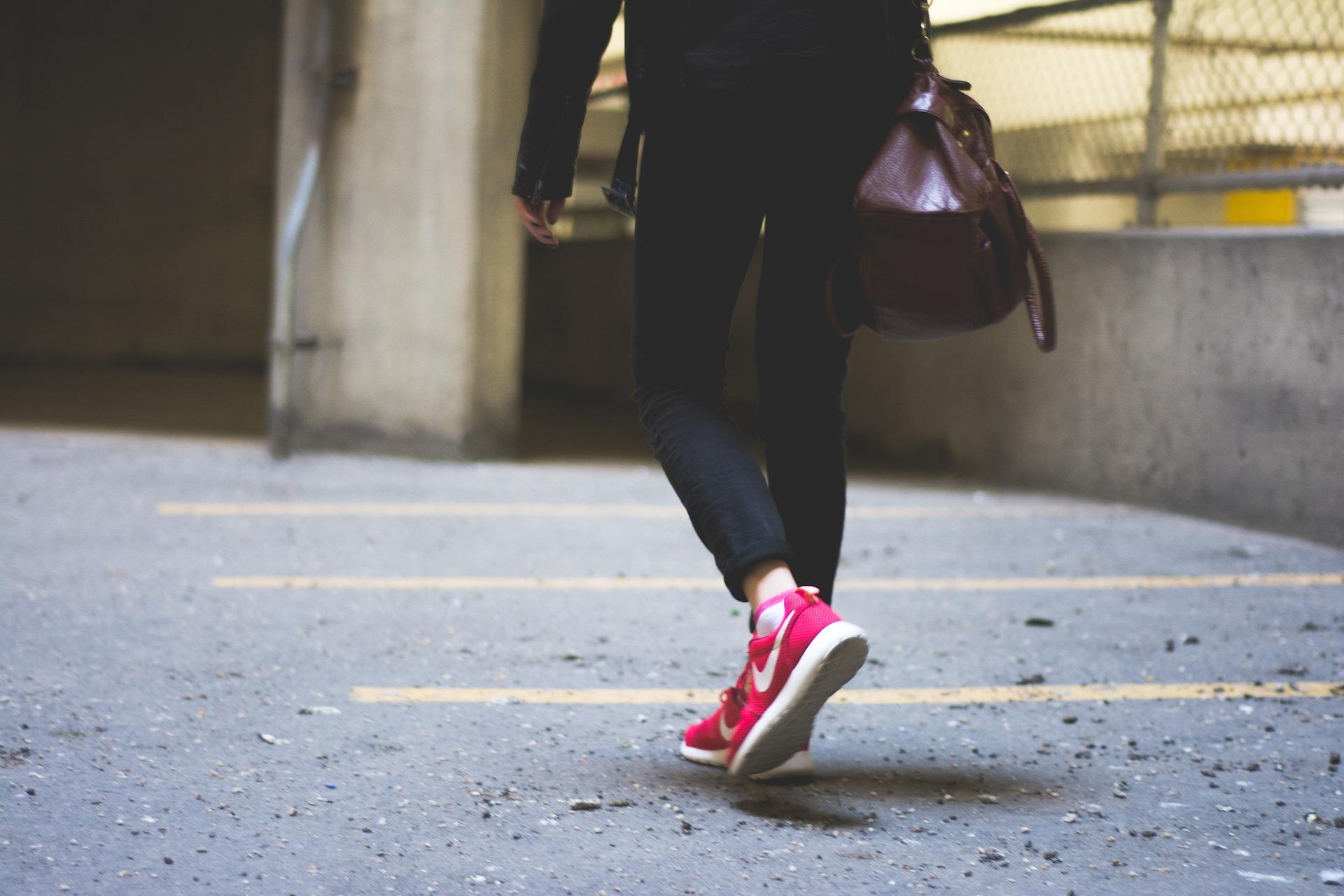 Imagini pentru merg pe jos