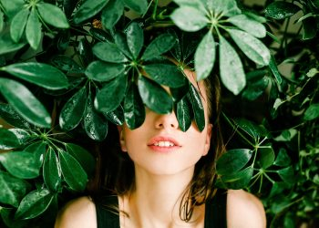 obiceiuri sanatoase care iti ajuta intestinele - sfatulparintilor.ro - pexels_com - woman-in-black-top-beside-green-leafed-plant-1078058