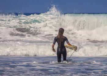 Cum sa iti mentii parul sanatos vara - sfatulparintilor.ro - pixabay_com - surfer-3729052_1920