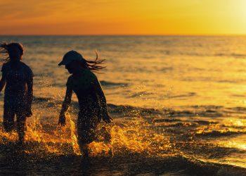 Cum sa-ti protejezi pielea de soare - sfatulparintilor.ro - pixabay_com - beach-4524911_1920