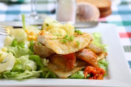 File de merluciu cu cartofi la cuptor