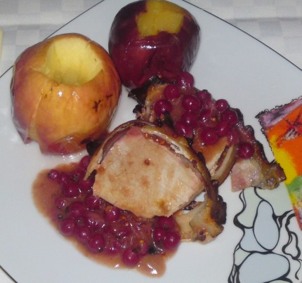Friptura de porc cu mere coapte si sos de coacaze
