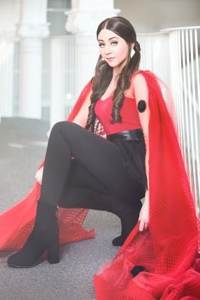 Tânăra cântăreaţă Nicole Cherry interpretează piesa de pe coloana sonoră a noului serial Miraculos: Buburuza şi Motan Noir, care va avea premiera la Disney Channel România.