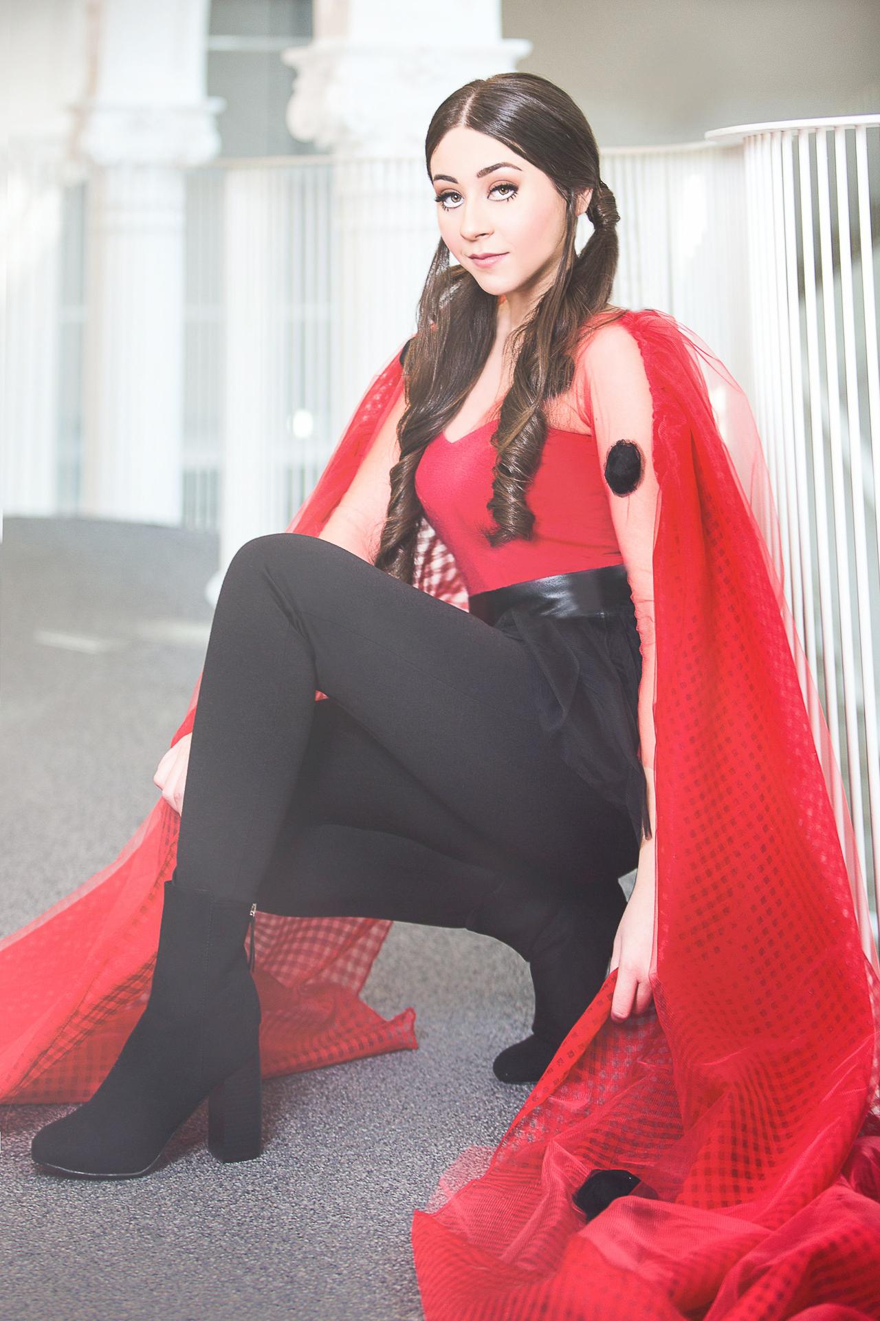Tânăra Cântăreaţă Nicole Cherry Interpretează Piesa De Pe