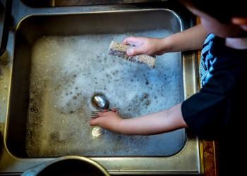 curatenie copii - spalat vase - sfatulparintilor.ro - pixabay_com
