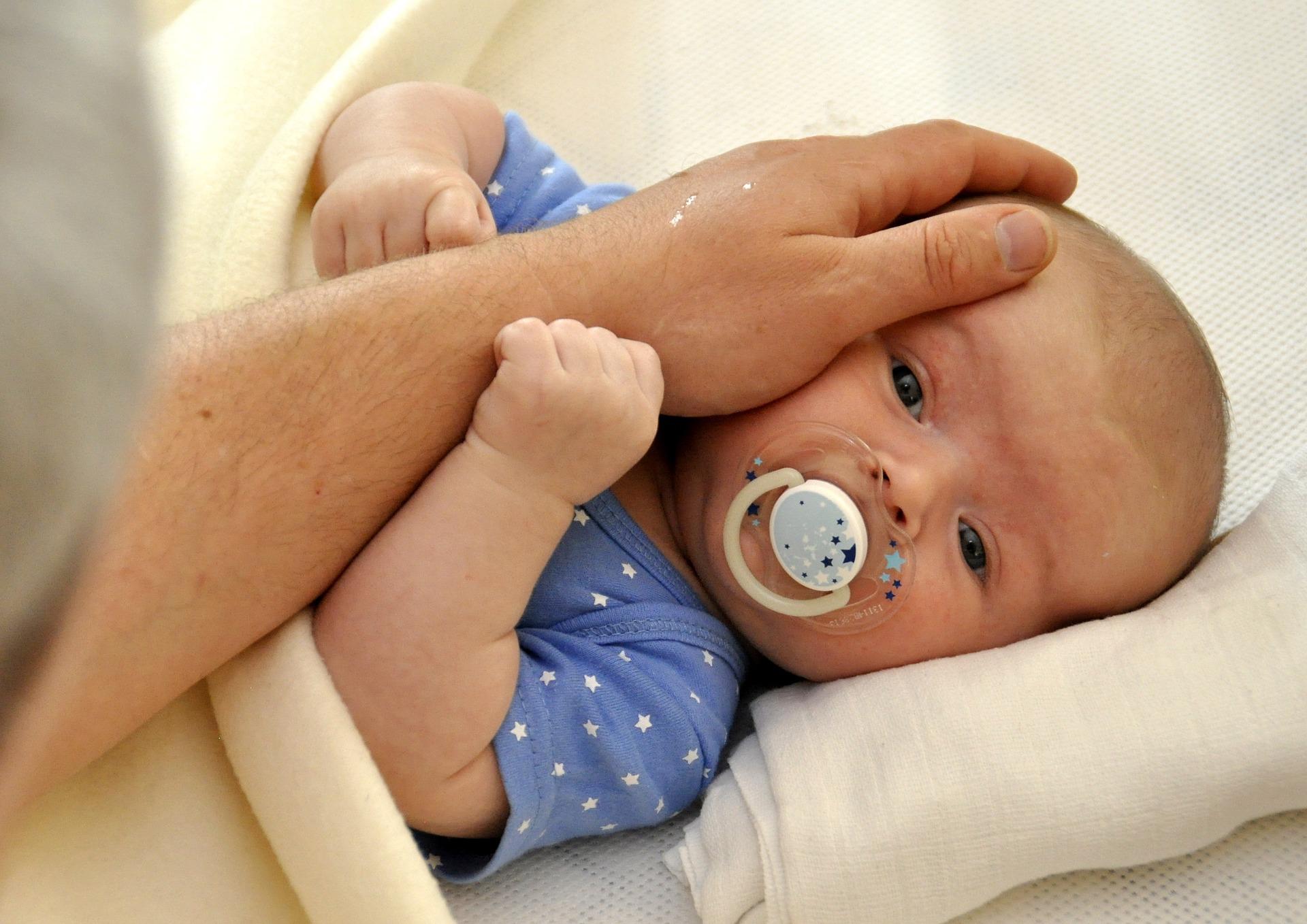 tata- bebelusi - sfatulparintilor.ro - pixabay_com