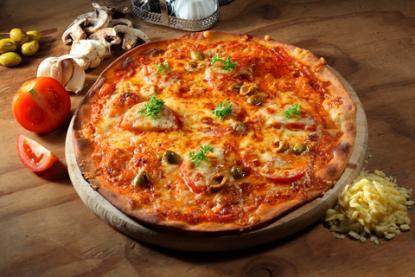 Pizza capriciosa cu salam cu carnaciori