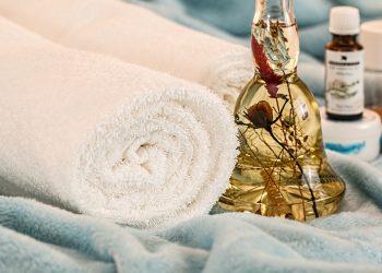 uleiuri esentiale - aromaterapie- sfatulparintilor.ro - pixabay_com