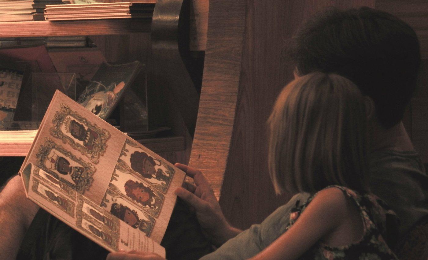 copii carti citit - sfatulparintilor.ro - pixabay_com - kids-1136296_1920